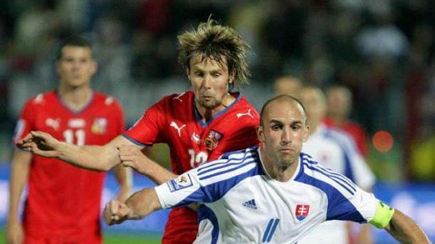 Jaroslav Plašil napdá slovenského fotbalistu Vitteka.