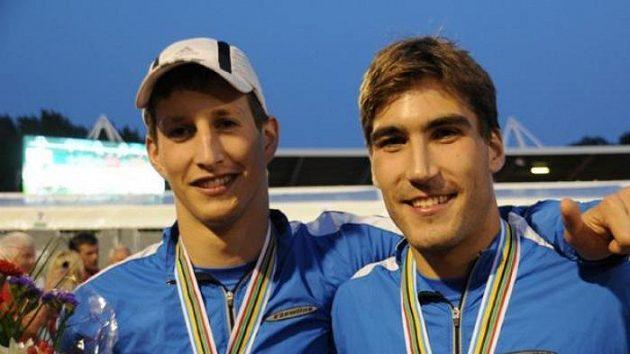 Ondřej Polívka (vlevo) a David Svoboda po titulu mistrů světa ve štafetě.