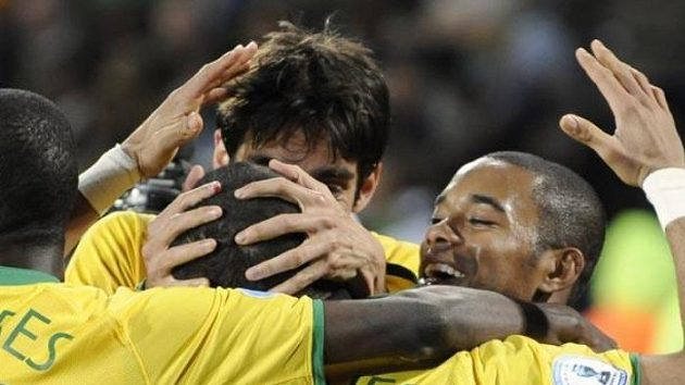 Daniel Alves v obležení spoluhráčů po svém gólu proti JAR
