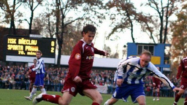 Sparťan Karol Kisel centruje vpohárovém utkání proti Břeclavi.