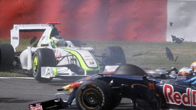 Po kolizi na GP Belgie Jenson Button (vlevo) závod nedokončil