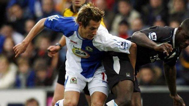 Pedersen (vlevo) z Blackburnu bojuje o míč s Richardsem z Manchester City.