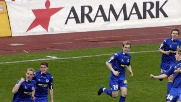Tomáš Zápotočný z Liberce (vlevo) se raduje po vstřelení gólu Slavii.