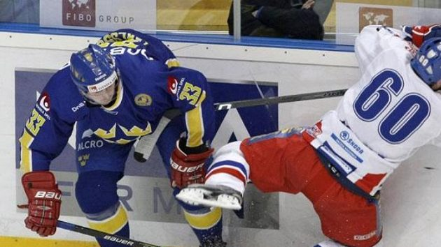 Český hokejista Tomáš Rolinek (č. 60) v souboji se Švédem Mattiasem Karlssonem