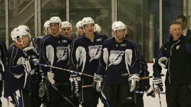 Trenér Barry Melrose (vpravo) udílí pokyny hokejistům Tampy.