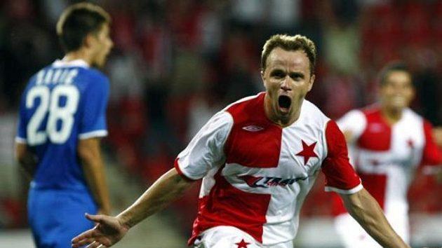 Útočník Slavie Zdeněk Šenkeřík oslavuje gól proti CZ Bělehrad