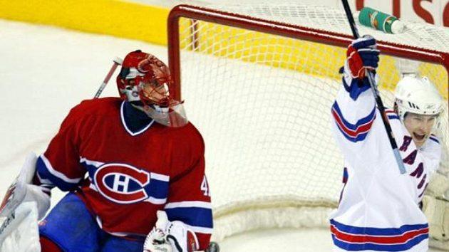 Petr Průcha z Rangers oslavuje branku do sítě Slováka Haláka z Montrealu Canadiens.