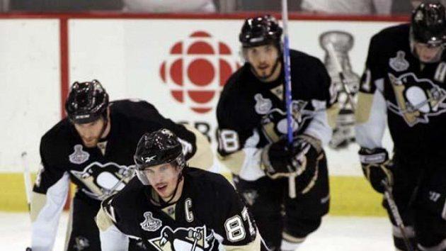 Kapitán Pittsburghu Sidney Crosby (vpředu) oslavuje se spoluhráči svůj gól ve čtvrtém finále NHL.