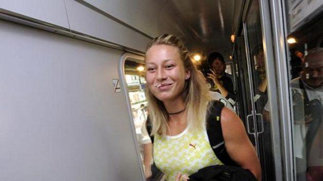 Tyčkařka Jiřina Ptáčníková ve vlaku