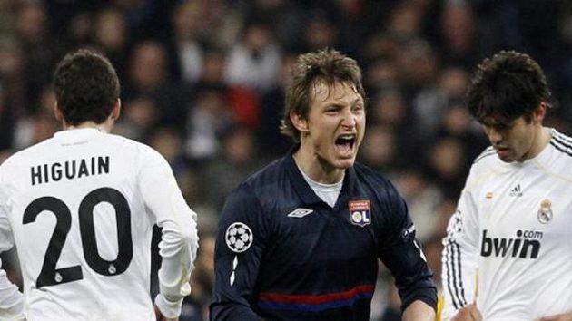 Fotbalista Lyonu Kim Kallstrom (uprostřed) oslavuje gól svého týmu mezi smutnými hráči Realu.