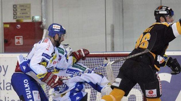 Hokejista Litvínova Peter Jánský dává první gól do brněnské branky.