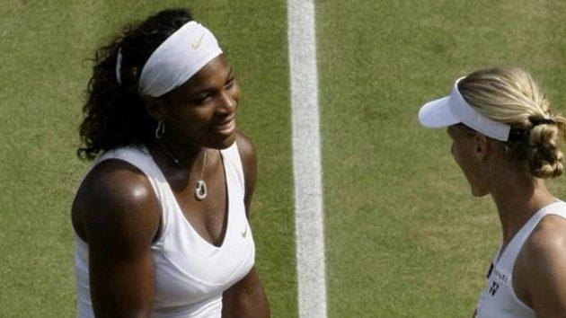 Americká tenistka Serena Williamsová (vlevo) a Ruska Jelena Dementěvová po semifinálovém zápase na Wimbledonu