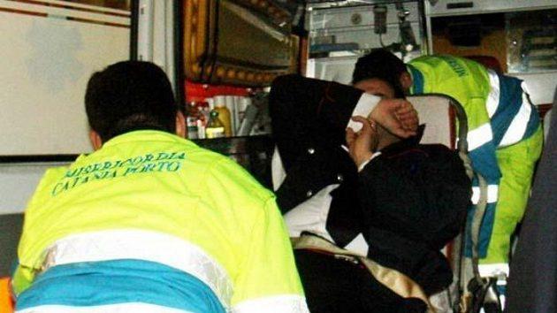 Jeden zpolicistů je odvážen sanitkou během násilností spojených sutkáním Catanie a Palerma.
