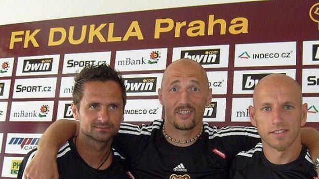 Fotbalisté druholigové Dukly - zleva: Jiří Novotný, Luděk Zelenka a Patrik Gedeon