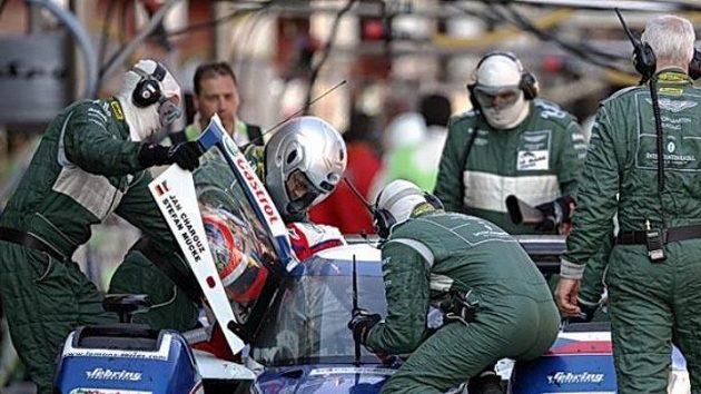Střídání posádky v kokpitu prototypu stáje Charouz Racing System, s nímž dvojice Jan Charouz, Stefan Mücke vybojovala v závodu 1000 km Barcelony 3. místo v absolutním pořadí. Ilustrační fotografie