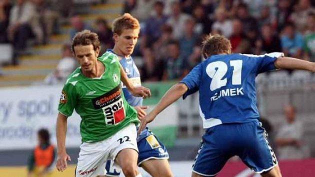 Jablonecký Marek Jarolím (vlevo) se snaží prosadit mezi dvojicí libereckých hráčů.