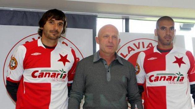 Trenér Slavie Karel Jarolím se svými hráči Matějem Krajčíkem (vlevo) a Hocine Raguedem