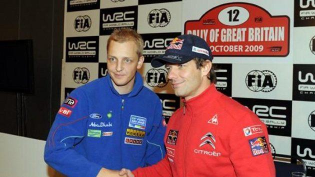 Sébastien Loeb (vpravo) a Mikko Hirvonen ve Walesu na archivním snímku z roku 2009. Po dvou letech se situace opakuje a oba jezdci svedou přímý souboj o světový titul.