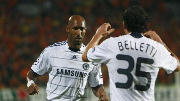 Fotbalista Chelsea Nicolas Anelka oslavuje se spoluhráčem Bellettim gól v utkání LM v Nikósii.