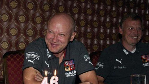 Trenér fotbalové reprezentace Ivan Hašek oslavil v neděli 46. narozeniny, v pondělí už vymýšlel sestavu a taktiku na San Marino.