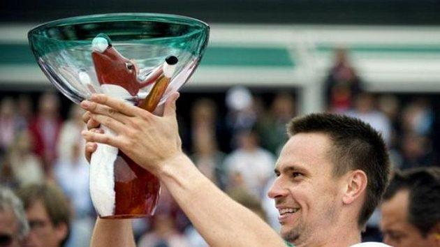 Švédský tenista Robin Söderling s trofejí pro vítěze turnaje v Bastadu