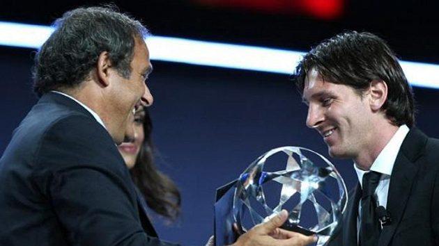 Fotbalista Barcelony Lionel Messi přebírá od Michela Platiniho cenu pro nejlepšího hráče loňského ročníku Ligy mistrů.