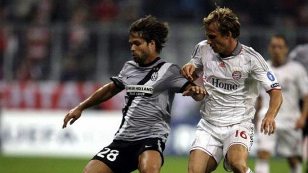 Fotbalista Bayernu Mnichov Andreas Ottl (vpravo) napadá Diega z Juventusu Turín.