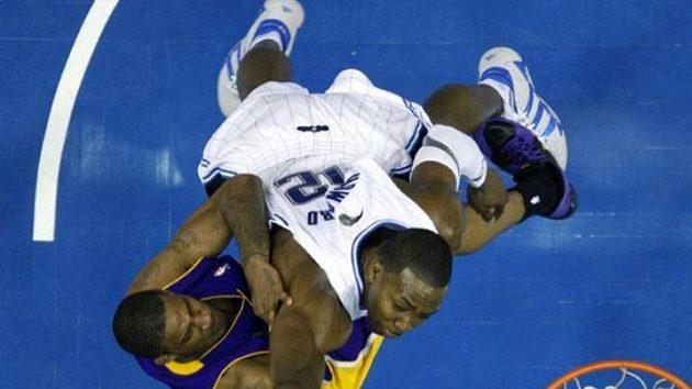 Dwight Howard z Orlanda (vpravo) blokuje střelecký pokus Trevora Arizy z LA Lakers ve finále NBA - ilustrační foto.