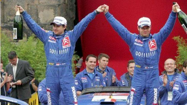 Francouzský jezdec Sébastien Loeb (Vpravo) se raduje se spolujezdcem Elenou z vítězství na Německé rallye.