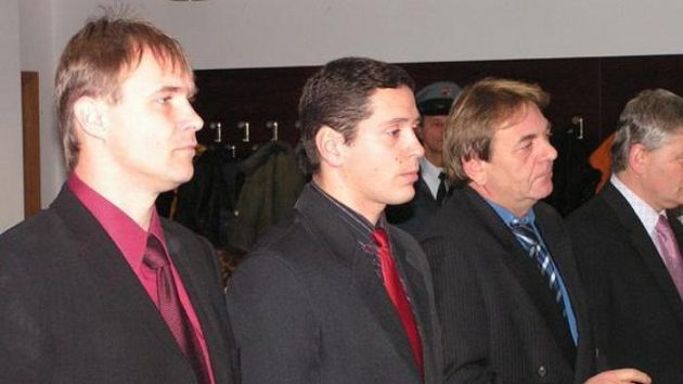 Zleva rozhodčí Václav Zejda a Jaroslav Gruber a bývalí funkcionáři Radomír Hruboň a Gustav Santarius.