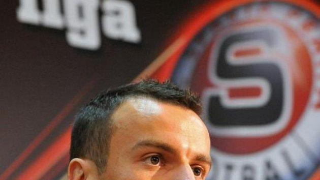 Fotbalový obránce Erich Brabec po podpisu smlouvy na Spartě.
