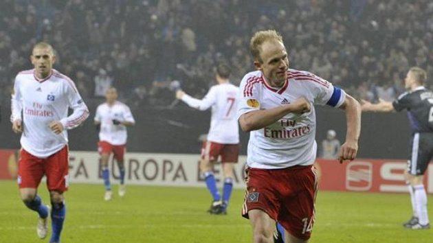 Český záložník Hamburku David Jarolím oslavuje branku do sítě Anderlechtu Brusel.