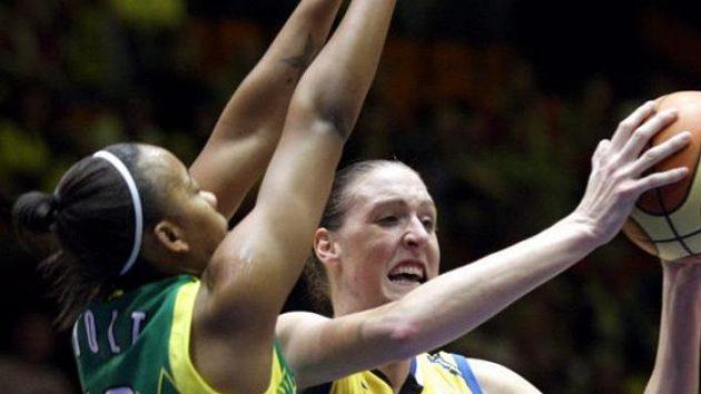 Cathrine Kraayeveldová z USK Praha (vpravo) v duelu Euroligy s maďarskou Šoproní. (ilustrační foto)