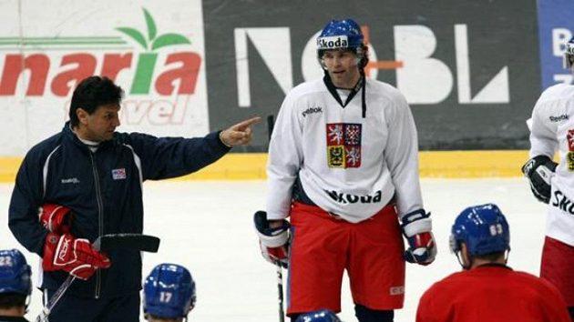 Trenér národního hokejového týmu Vladimír Růžička (vlevo) udílí pokyny Jaromíru Jágrovi a spol.