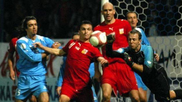 Brankář San Marina Valentini zasahuje před českými útočníky Lafatou (vlevo) a Kollerem.