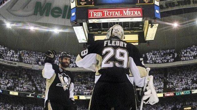 Brankář Pittsburghu Marc-Andre Fleury se raduje se spoluhráčem Maxime Talbotem z výhry nad Detroitem ve třetím utkání finále hokejové NHL.