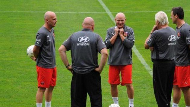 Trenér fotbalové reprezentace Ivan Hašek (uprostřed) přišel s novým prémiovým řádem a prosadil si ho.