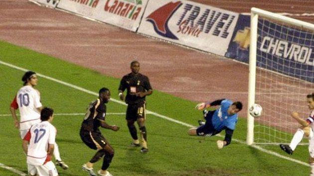 Kapitán Slavie Lukáš Jarolím odkopává míč po jedné ze šancí Tottenhamu.