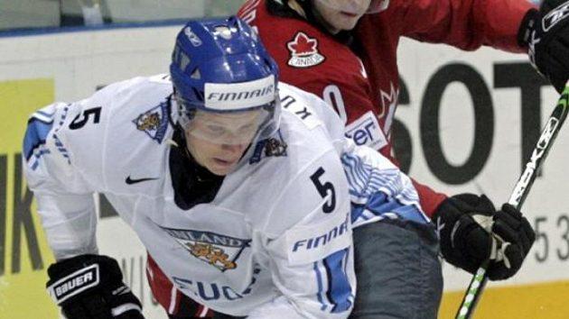 Lasse Kukkonen (vepředu) v národním dresu Finska