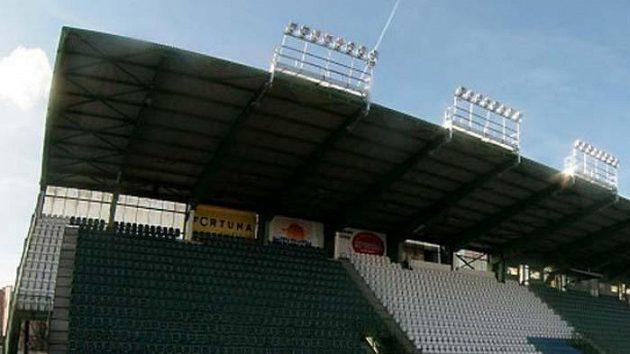 Nové rampy s reflektory na hlavní tribuně stadiónu Bohemians 1905