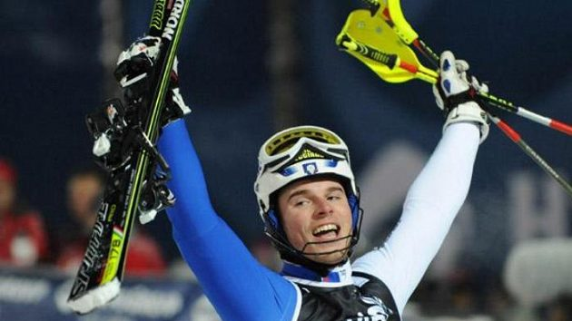 Italský lyžař Giuliano Razzoli oslavuje vítězství.