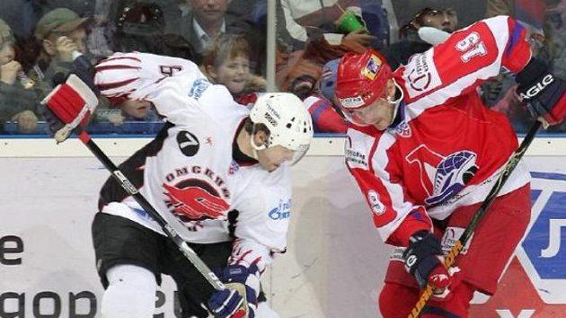 O puk bojují Jaromír Jágr (vlevo) a Alexej Jašin