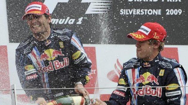 Radost jezdců stáje Red Bull po vítězství Sebastiana Vettela (vpravo) a druhém místě Marka Webbera v GP Velké Británie na okruhu v Silverstone