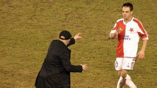 Trenér Slavia Karel Jarolím udílí pokyny synovi Lukášovi.