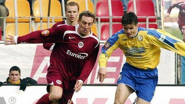 an Šimák ze Sparty Praha (vlevo) a Jiří Sabou zTeplic vúvodním utkání 22. kola první fotbalové ligy.