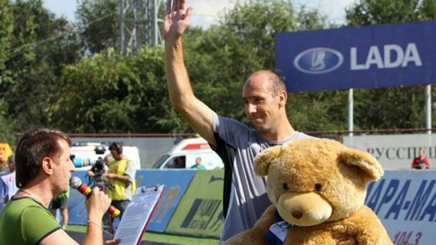 Jan Koller s plyšovým medvědem, kterého mu vedení Samary věnovalo pro čerstvý přírůstek do rodiny - dceru Kateřinu.