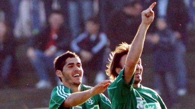 Karvinský fotbalista Marcel Pavlík (vpravo) oslavuje se spoluhráčem Elvistem Cikuem gól v pohárovém utkání proti Slavii - ilustrační foto.