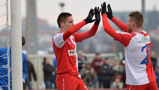 Radost dvou nových útočníků Slavie - zleva Lukáš Železník a Muris Mešanovič.