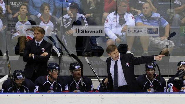 Střídačka Slovanu Bratislava - uprostřed český trenér Rostislav Čada, vlevo jeho asistent Roman Stantien.