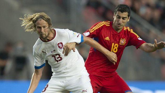 Záložník české reprezentace Jaroslav Plašil (vlevo) a arménský záložník Henrich Mchitarjan v souboji.